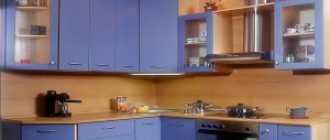 Особенности угловых дверей и преимущества их установки в маленькой кухне